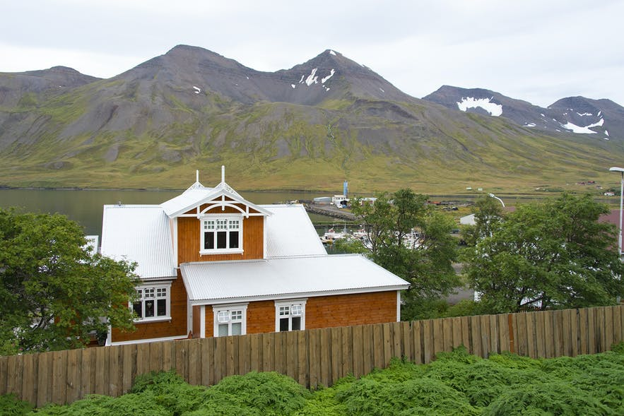 The old houses and the fjord are of interest to photographers