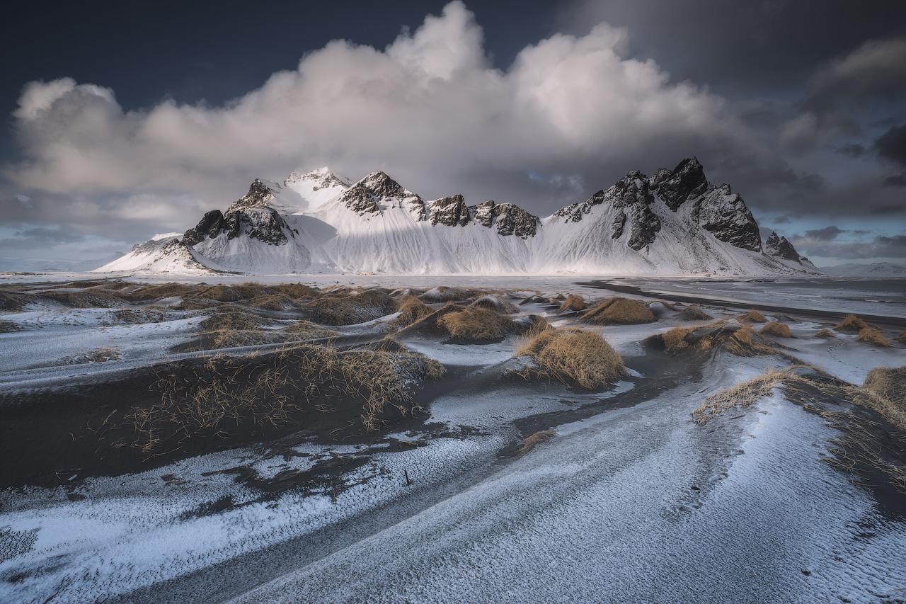 Die Aurora Borealis tanzt über dem imposanten Berg Vestrahorn.