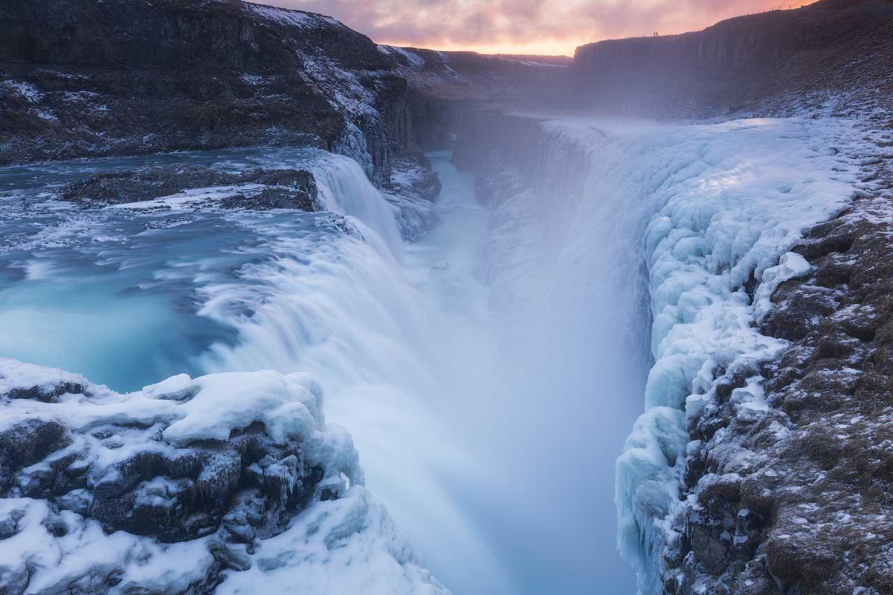 Gullfoss tuona in un antico canyon, che in inverno si copre di spessi strati di neve e di ghiaccio.