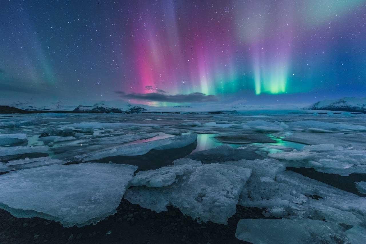 Scopri la struttura di una grotta di ghiaccio durante il tuo tour autonomo invernale.