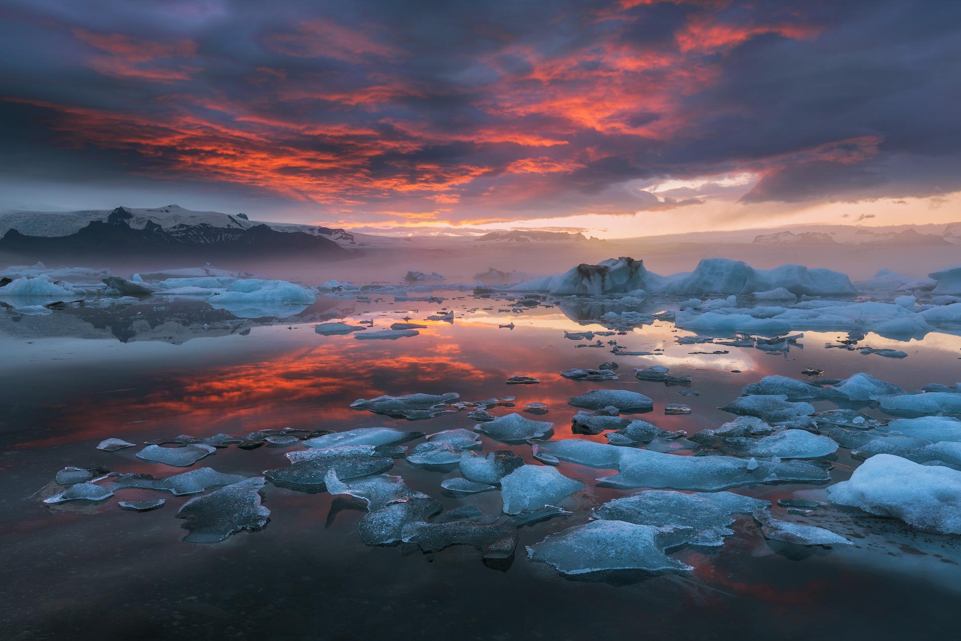Bajo el glaciar Vatnajökull, hay una red de cuevas de hielo que aquellos que visiten Islandia en invierno tendrán la oportunidad de explorar.