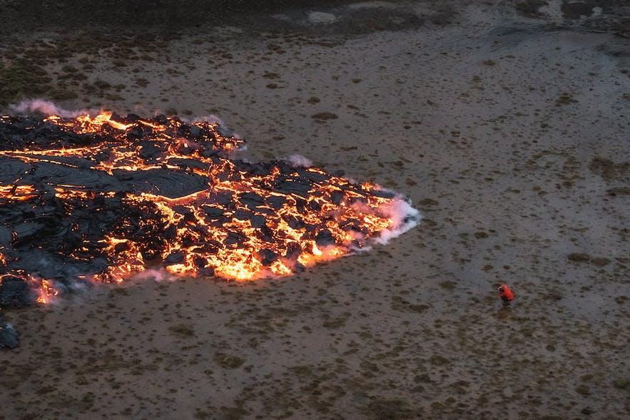 A photographer captures the creeping lava field of Geldingadalur.